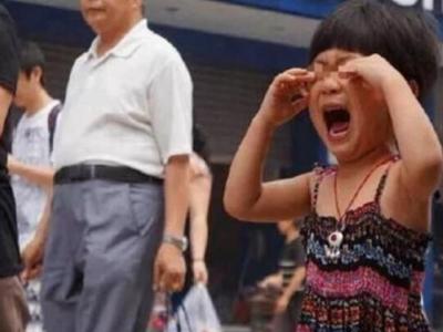 被拐3年的女孩在街上认出妈妈,上前相认却被拒绝:我女儿在家呢